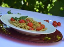 Spaghetti z pesto i pomidorkami - ugotuj