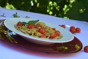 Spaghetti z pesto i pomidorkami