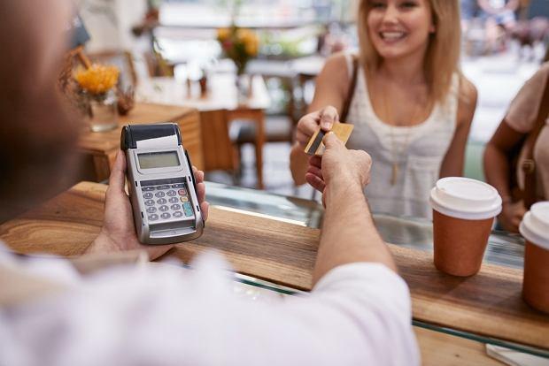 Do kart coraz częściej dołączane są przeróżne usługi dodatkowe, np. karta rabatowa czy consierge.