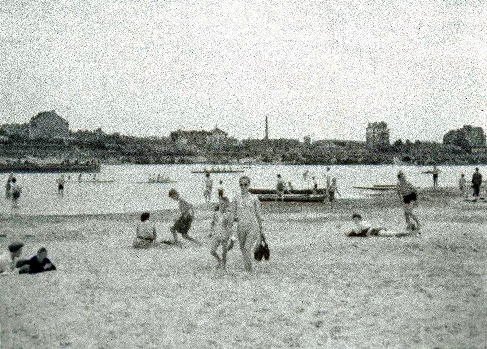 Wypoczynek nad Wisłą w powojennej Warszawie, lato 1945. Po drugiej stronie rzeki Powiśle z widocznym kominem Zakładów Citroena.