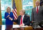 Donald Trump podpisuje dokument, który ma sprawić, że rodziny imigrantów nie będą rozdzielane