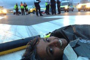 Le��cy protest na lotnisku Heathrow. Aktywi�ci zablokowali pas startowy