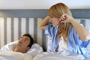 Chrapanie partnera zabiera ci nawet godzinę snu. Sypianie obok chrapiącej osoby grozi depresją i uszkodzeniem słuchu