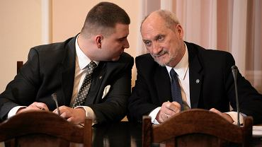 Minister obrony w rządzie PiS Antoni Macierewicz i jego młody totumfacki Bartłomiej Misiewicz