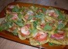 Pizzerinki z ciasta francuskiego z pesto, pomidorami, szynk� parme�sk� i serem mozzarella