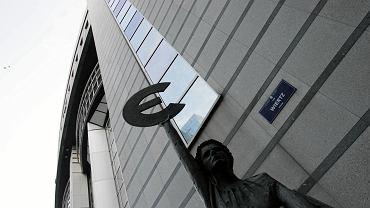 Symbol Euro pod siedzibą Parlamentu Europejskiego w Brukseli.