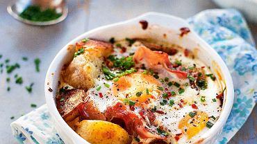Ziemniaki pieczone z jajkiem, prosciutto i chilli