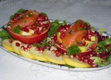 Sałatka z wędzonego łososia z granatem - ugotuj