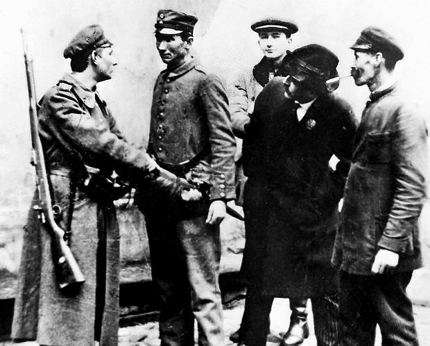 Członek Polskiej Organizacji Wojskowej rozbraja niemieckiego żołnierza na warszawskiej ulicy. Zdjęcie wykonane 10 listopada 1918 r.