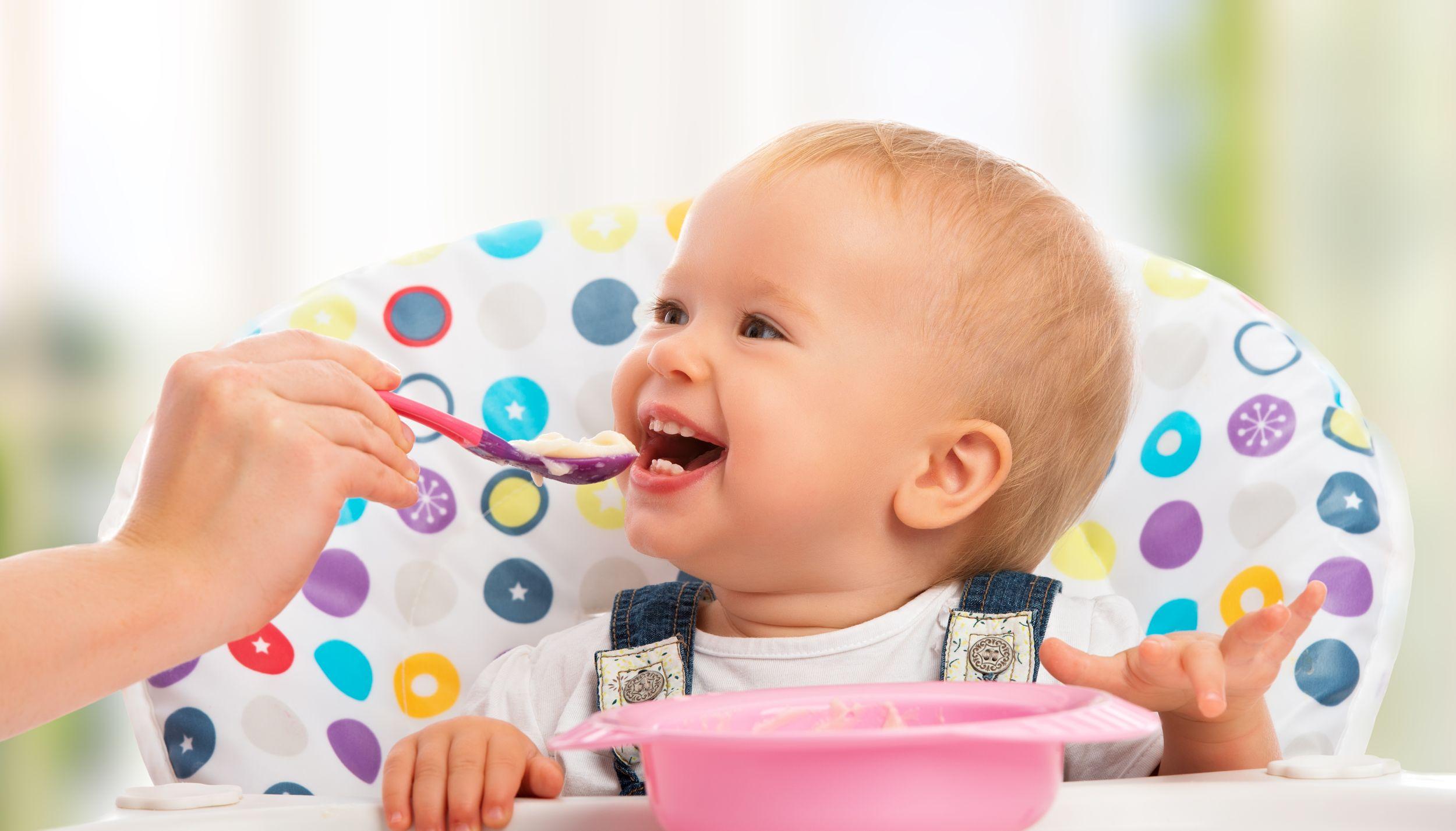 Wybór sposobu karmienia bądź decyzja o odstawieniu dziecka od piersi powinna zawsze należeć do matki (fot. Shutterstock)