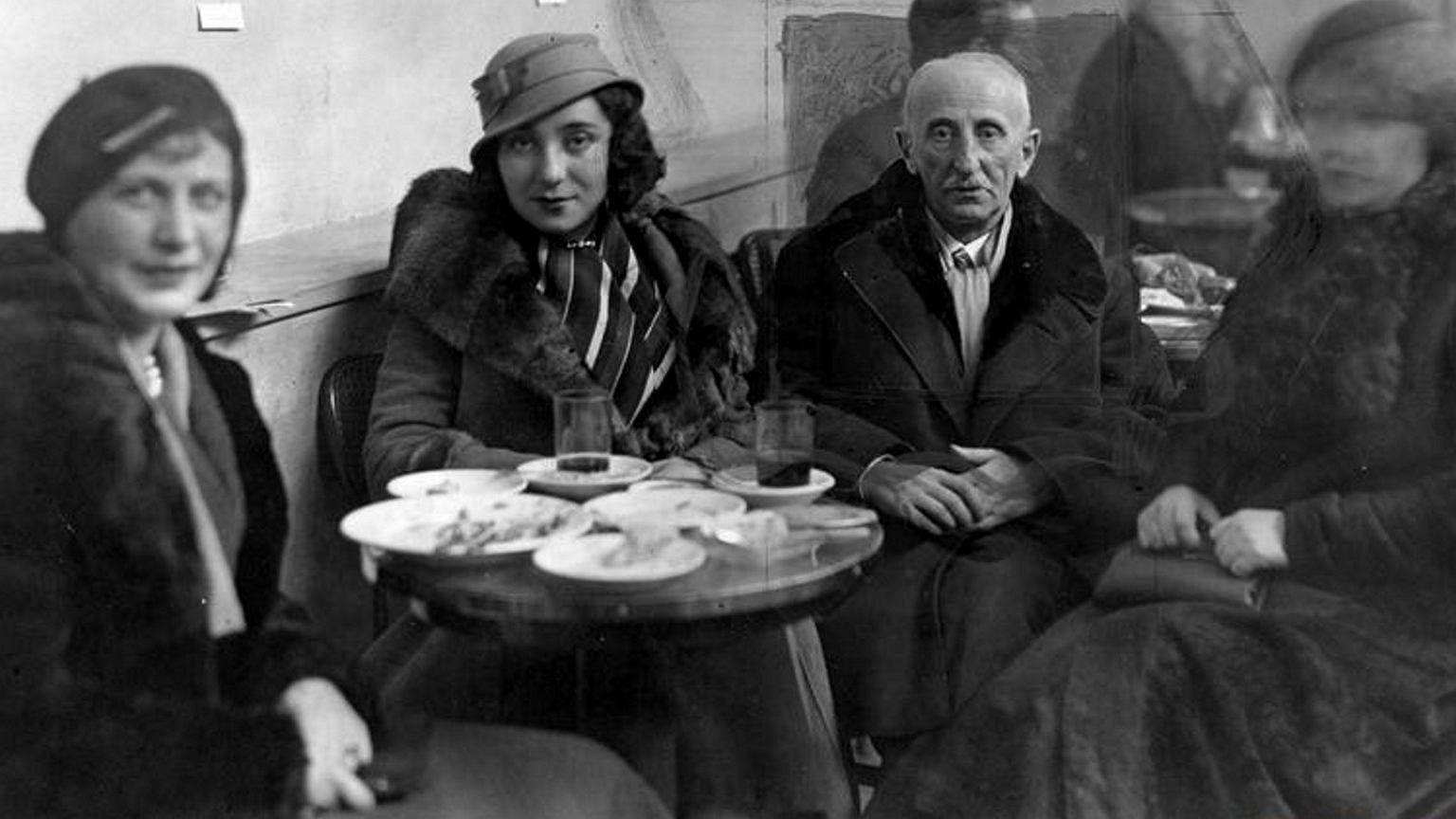 Leśmian z córką Wandą i znajomymi w kawiarni