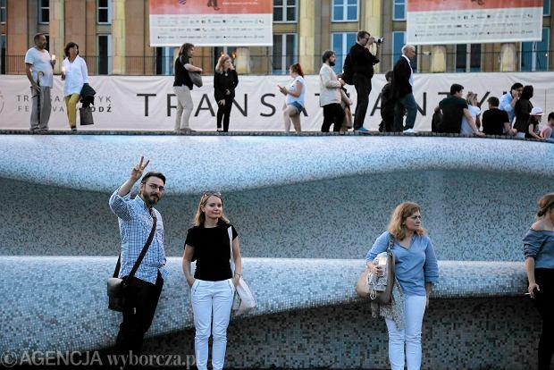 Zdjęcie numer 43 w galerii - Tłumy przed Sądem Okręgowym w Łodzi. Kolejny dzień protestów przeciwko zmianom PiS w sądownictwie [ZDJĘCIA]