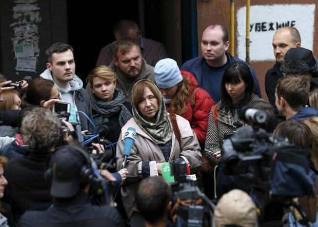 8 października 2015, Mińsk, noblistka Swietłana Aleksijewicz rozmawia z dziennikarzami po konferencji prasowej w redakcji opozycyjnej