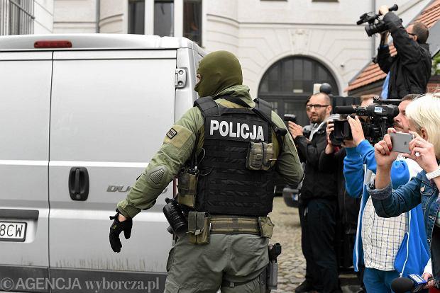 Bomber z Wroc�awia nie lubi� uchod�c�w. Ale t�o zamachu finansowe?