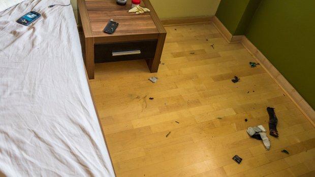 Eksplozja odrzuciła płonącą baterię na podłogę. Szczęście w nieszczęściu, że nie spadła na pościel.