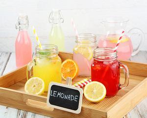 Lato to czas, kiedy za szklankę zimnego napoju chłodzącego oddalibyśmy prawie wszystko. Ale czego się napić? Co najlepiej ochłodzi, orzeźwi i ugasi pragnienie? Oczywiście woda.  Bo co do napojów gazowanych, to chyba jesteśmy zgodni, że cukier i sztuczne barwniki, to nie jest to co nasz organizm lubi najbardziej. Zobaczcie nasz przegląd 7 najskuteczniejszych napojów na upał, które na dodatek każdy bez problemu przyrządzi w swojej kuchni, a nawet na kempingu!