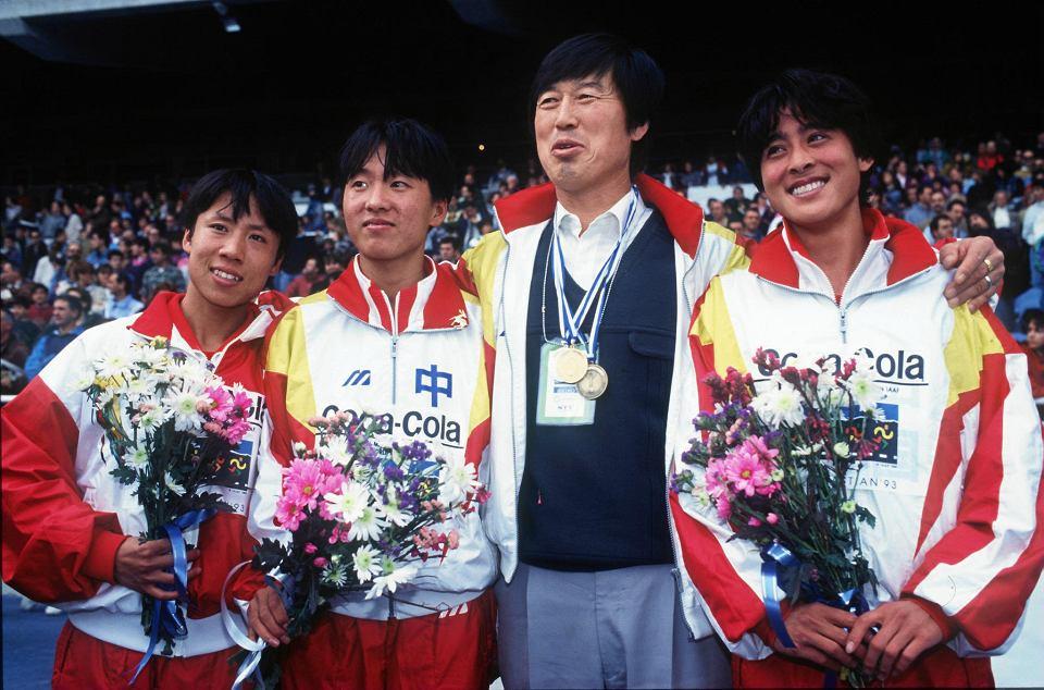 Kontrowersyjny chiński trener Ma Junren (drugi od prawej) i jego podopieczne: Zhang Lirong (pierwsza z lewej), Wang Junxia i Zhana Linli. Wang Junxia przyznała po latach, że był zmuszana do przyjmowania dużych ilości niedozwolonych środków.