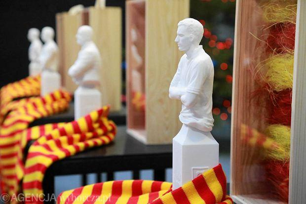 Przekazanie figurek piłkarzy i trenera Jagiellonii wykonanych w technice 3D na licytację WOŚP
