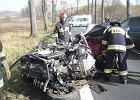 BMW wypadło z jezdni i uderzyło w drzewo. Dwie osoby zginęły