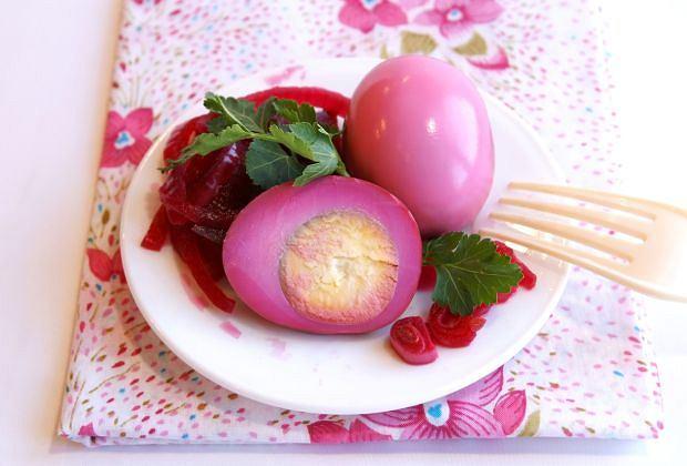 Jajka wielkanocne marynowane w soku z buraków