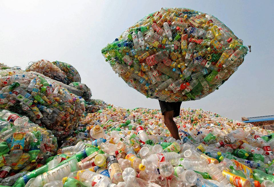 Taizhou w prowincji Zhejiang w Chinach. Stacja odbioru śmieci do recyklingu