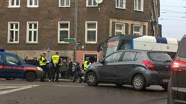 Październik 2017. Bogusława D. blokuje tramwaj u zbiegu ul. Malczewskiego i Parkowej