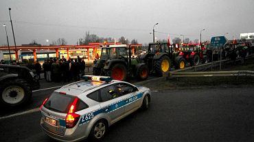 Rolnicy jadący traktorami w kierunku Warszawy