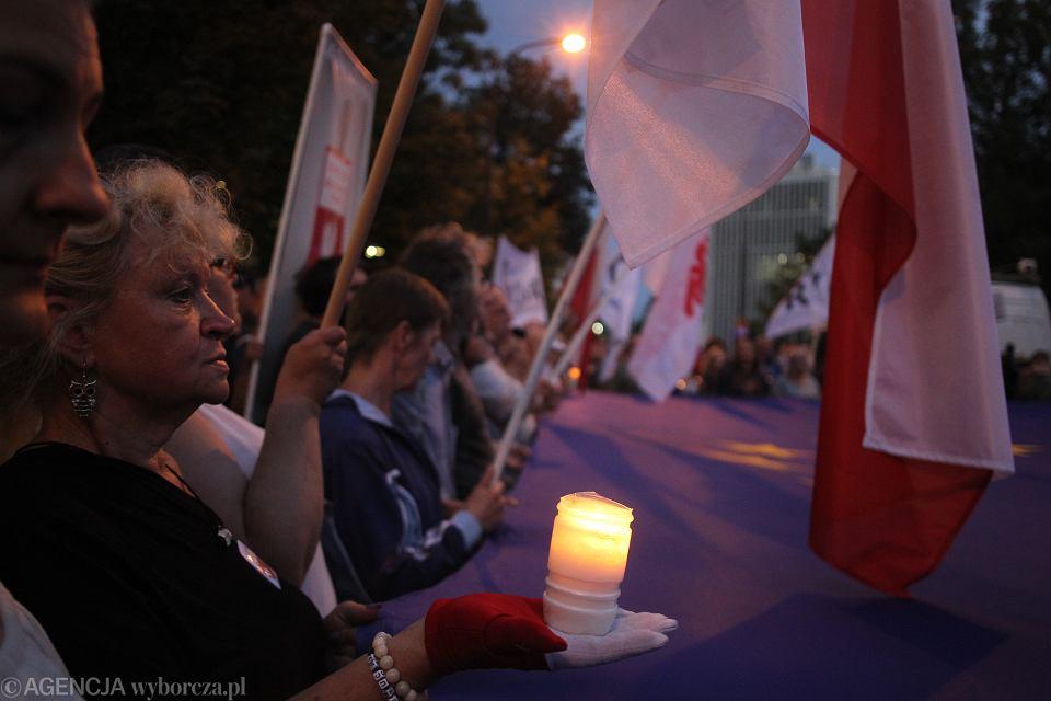 'Światełko dla Sądu' - protest przeciw pisowskiej 'reformie' sądownictwa. Partia rządząca przepchnęła przez Sejm piątą nowelizację ustawy, która pozwoli przejąć Sąd Najwyższy. Warszawa, ul. Wiejska 20 lipca 2018