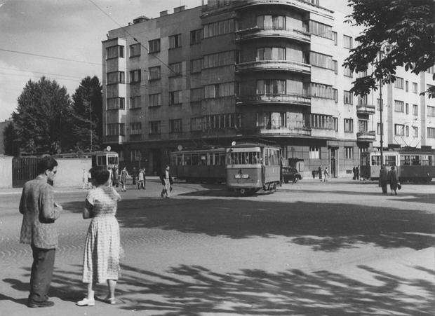 Zdjęcie numer 0 w galerii - Łódź w latach 50. i 60. XX wieku. Kocie łby i odrapane mury, ale za to ile drzew i przechodniów