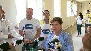 Pcim, 24 sierpnia 2015 r. Marcin Mastalerek, wójt Daniel Obajtek i Beata Szydło (wówczas kandydatka PiS na premiera) remontują szkołę. Obajtek jest ceniony w PiS, został szefem ARiMR, a następnie prezesem Energi