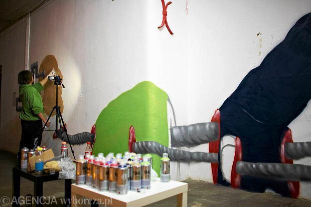 Jedi maluje graffiti na jednej ze �cian w Sterowni