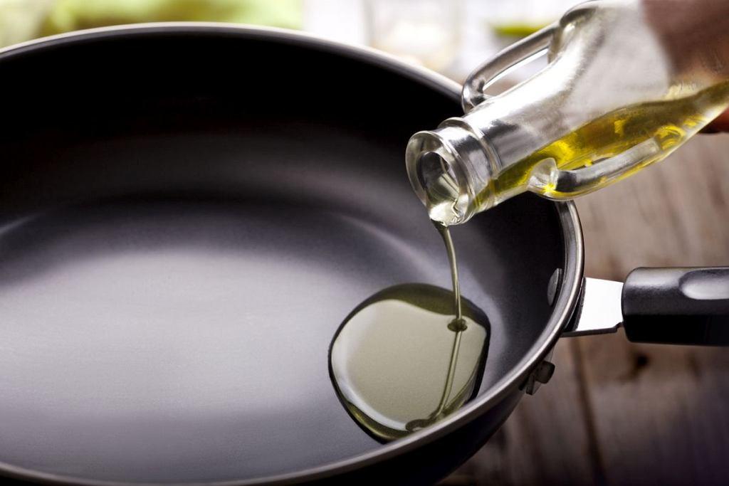 Olej do smażenia przelej do butelki ze spryskiwaczem