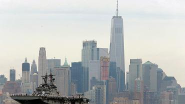 Nowy Jork - panorama Manhattanu. na pierwszym planie USS Kearsarge, 24 maj 2017