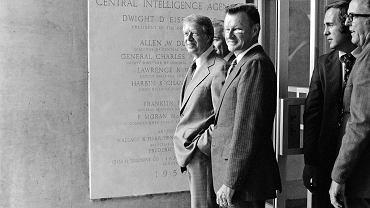 Na początku grudnia 1980 r. Biały Dom ogłosił komunikat, w którym stwierdził, że przygotowania do interwencji w Polsce zostały zakończone, i wyraził nadzieję, iż do niej nie dojdzie. Od lewej: prezydent Jimmy Carter, doradca ds. bezpieczeństwa narodowego Zbigniew Brzeziński, a między nimi mało widoczny na tym zdjęciu dyrektor CIA admirał Stansfield Turner w kwaterze głównej Centralnej Agencji Wywiadowczej w Langley koło Waszyngtonu. Zdjęcie z sierpnia 1978 r.