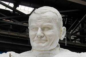 Do kogo internauci por�wnuj� pomnik Jana Paw�a II? B�dziecie zakoczeni!