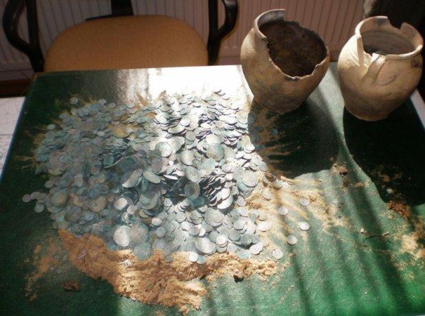 Le�niczy znalaz� naczynie z monetami. To najwi�kszy skarb w Lubuskiem [ZDJ�CIA]