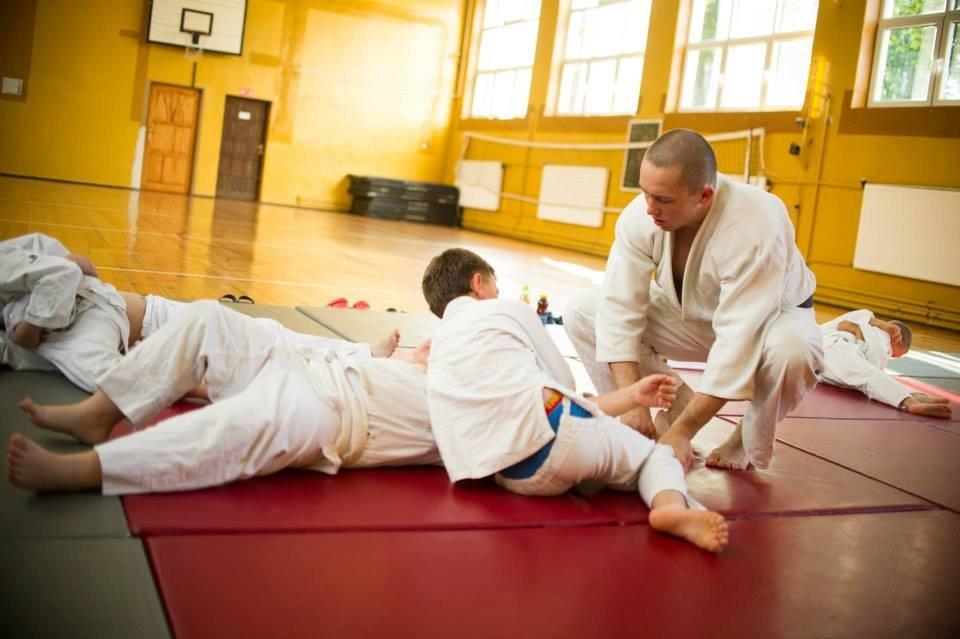 Zajęcia judo dla dzieci. Rafał Gajewski prowadzi trening