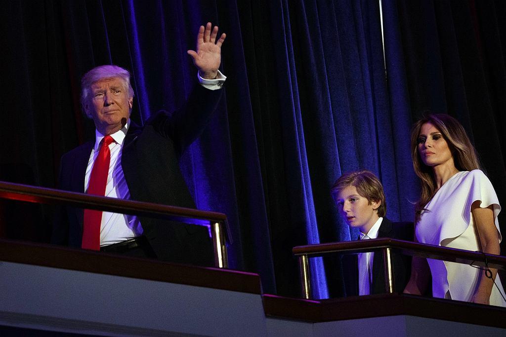 Donald Trump, jego syn Barron Trump i żona Melania Trump (fot. Evan Vucci/AP)