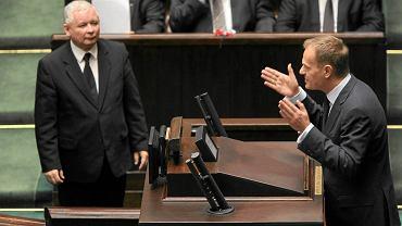 Jarosław Kaczyński i Donald Tusk w Sejmie w grudniu 2010 r.