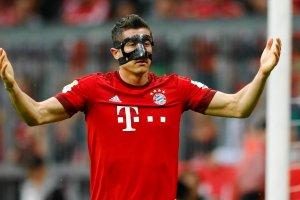 Liga Mistrzów. Bayern - Barcelona. Guardiola: Lewandowski z maską gra słabiej