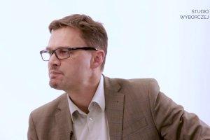 """""""Studio Wyborczej. Sprawdzam"""": O sonda�ach, nowym elektoracie PiS i wyborczym efekcie �wie�o�ci z Robertem Sobiechem rozmawia Pawe� Wro�ski"""