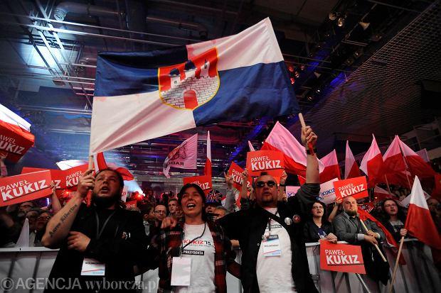 Zwolennicy Pawła Kukiza podczas wieczoru wyborczego w sztabie kandydata na prezydenta RP w Lubinie, 10 maja 2015 r. (I tura wyborów prezydenckich)