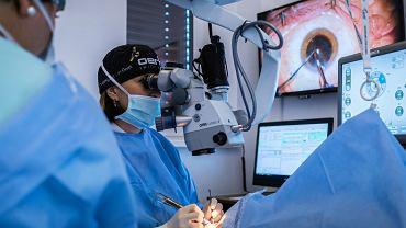 Doktor Justyna Krowicka operuje oczy w klinice w Ostrawie