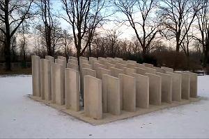 """Rzeźba """"Samotność"""" w Parku Popowickim."""