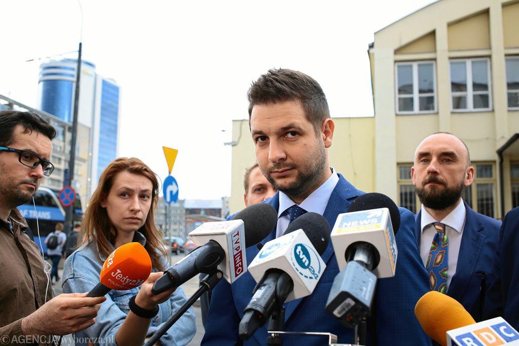 Patryk Jaki podczas konferencji prasowej przed Dworcem Głównym.