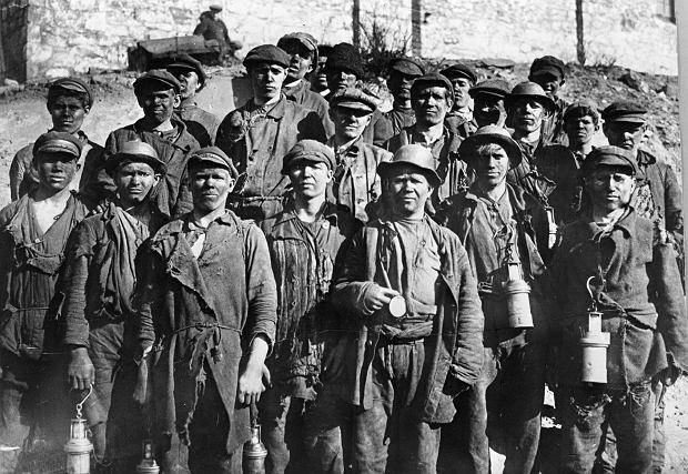 Górników z Donbasu często wykorzystywała sowiecka propaganda. To w Doniecku pracował słynny górnik przodownik pracy Aleksiej Stachanow, od którego nazwiska powstał termin 'stachanowcy', na określenie robotnika przekraczającego o kilkaset procent ustalone normy. Na zdjęciu z 1934 r. górnicy z komsomolskiej brygady przodowników pracy