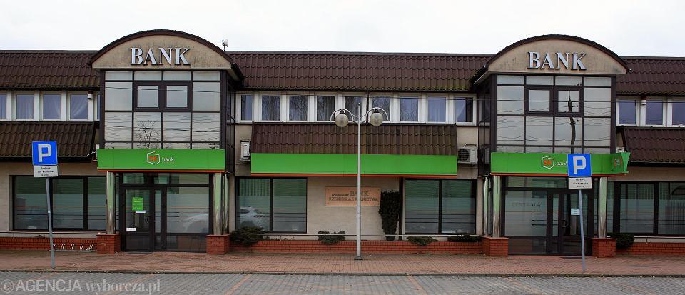 SK Bank w Wołominie. Dziś bank zamknięty jest na cztery spusty, w budynku nikt nie pracuje. Zarzuty w sprawie upadłości banku otrzymał jego zarząd i pracownicy