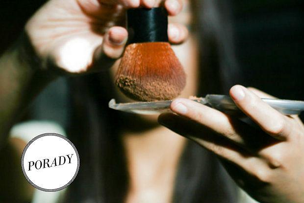 Kosmetyki mineralne znacząco różnią się od tych klasycznych - także w aplikacji. Zobacz, jak nie popełnć błędu