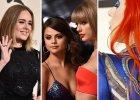 """Za nami najważniejsza muzyczna impreza roku - Grammy 2016! Nagrody corocznie przyznawane sąprzez Narodową Akademię Sztuki i Techniki Rejestracji za osiągnięcia w muzyce. Albumem roku okrzyknięto """"1989"""" Taylor Swift, Piosenką roku został przebój """"Thinking Out Loud"""" Eda Sheerana. Statuetka za Teledysk roku również trafiła na ręce Swift, której mimo oczekiwań kolorowej prasy nie towarzyszył chłopak Calvin Harris, lecz przyjaciółka. Selena Gomez, która wystąpiła w nagrodzonym klipie Swift na czerwonym dywanie minęła się ze swoim byłym, Justinem Bieberem (dramaty, dramaty, dramaty...). Zaskoczeniem natomiast był brak jakiejkolwiek statuetki na obstawianą przez wszystkich Adele. Zobaczcie, kto jeszcze pojawił się na czerwonym dywanie."""