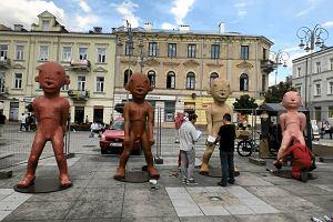 Niezwyk�a w instalacja wybitnego artysty na placu Artystów. Dom o wielu twarzach [ZDJ�CIA]